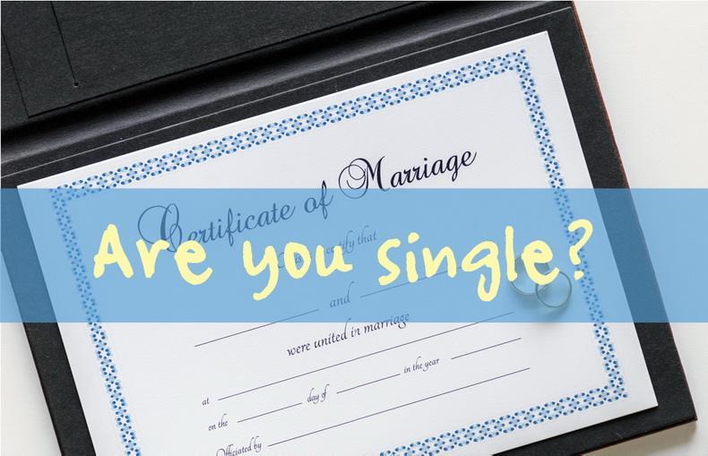 独身(英語版で「single」となっています)は、結婚歴があると当てはまりませんし、彼女がいてもダメです。